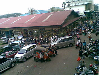 English: Another view of parking area from Pas...