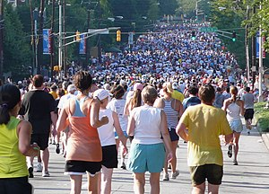 English: 2007 peachtree road race crowd shot