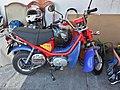 Pequeña moto color rojo - azul.jpg