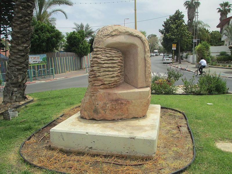 """הפסל """"בראשית"""" של יעל ארצי בגני תקווה"""