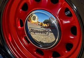 Réflexion sur un enjoliveur d'une Plymouth PE. (définition réelle 5730×4000)