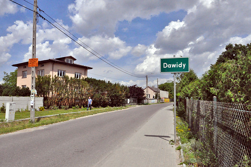 Plik:Poland Dawidy Entrance to the village.jpg