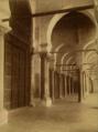 Portique précédant la salle de prière de la Grande Mosquée de Kairouan en 1904.png