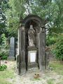 Prácheň (Kamenický Šenov) - náhrobek na hřbitově.jpg