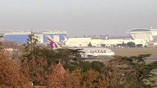 File:QTR A380 A7-APD 23dec14 LFBO-3.webm