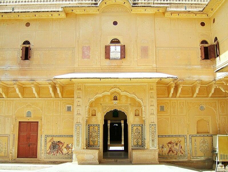 File:Rajasthan-Jaipur-Nahargarh-Fort-compound-Apr-2004-02.JPG