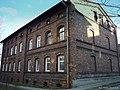 """Raków - dom majstrowski z 1903r - solidny, trwały i nadal zamieszkały. Jest ich 5 - budowane razem z hutą """"Częstochowa"""" - panoramio.jpg"""