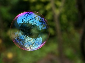 English: Reflection in a soap bubble. Français...