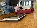 """Romain Behar photographiant le livre """"Trion"""" - Fonds ancien (bibliothèque municipale de Lyon).jpg"""