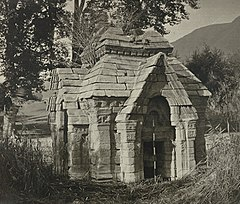 Ruins of a 10th century Hindu temple at Pandrethan near Srinagar Kashmir, 1868 photo 02.jpg