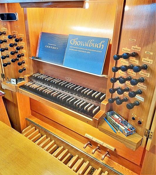 Datei:Saarbrücken-Burbach, Matthäuskirche (Ott-Orgel, Spieltisch) (1).jpg