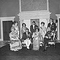 Statiefoto van Koninklijke familie, voorste rij HM, Koning Nepal, Koningin Nepal, Bestanddeelnr 920-2634.jpg