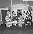 Statiefoto van Koninklijke familie, voorste rij HM, Koning Nepal, Koningin Nepal, Bestanddeelnr 920-2637.jpg