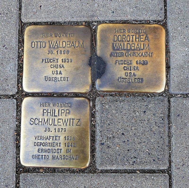 Stolpersteine für Familie Waldbaum und Philipp Schmulewitz, Salzer Straße 15–17, Schönebeck (Elbe).JPG