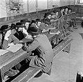 Studerende leerlingen van een Jeshiwa (een Talmoed hogeschool) in hun klaslokaal, Bestanddeelnr 255-0393.jpg