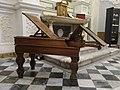 Tavolo operatorio ostetrico-ginecologico risalente al XIX secolo.jpg