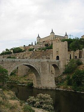 L'Alcazar de Tolède et le pont d'Alcántara sur le Tage.
