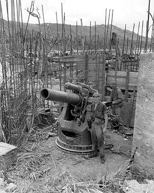 グアムの戦いで鹵獲された短二十糎砲。同砲は沿岸砲としても用いられていた... 短二十糎砲