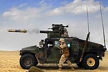 Tow-misilo forlasas la tubon de HMMWV-surĉevala lanĉilo