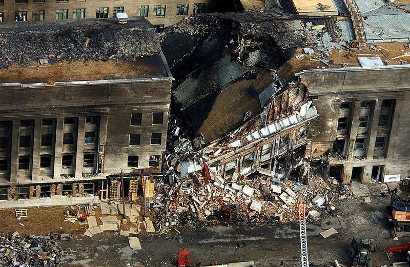 Le 11 sept. 2001 - Page 16 800px-US_Navy_010914-F-8006R-001_aerial_view_of_Pentagon_destruction