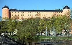 Slottet i vårsol med Svandammen i förgrunden