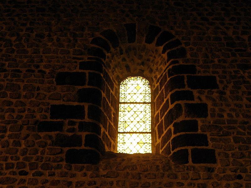 Intérieur de l'église Saint-Laurent de Vaiges (53). Fenêtre de la nef.