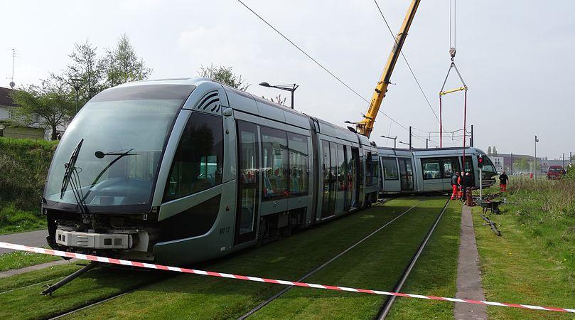 Valenciennes & Anzin - Déraillement de la rame de tramway n° 17 à la sortie du dépôt de Saint-Waast le 11 avril 2014 (019).JPG