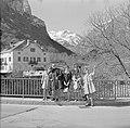 Vier vrouwen en een man op een brug een buitenland Ascona, Zwitserland, Bestanddeelnr 254-5605.jpg