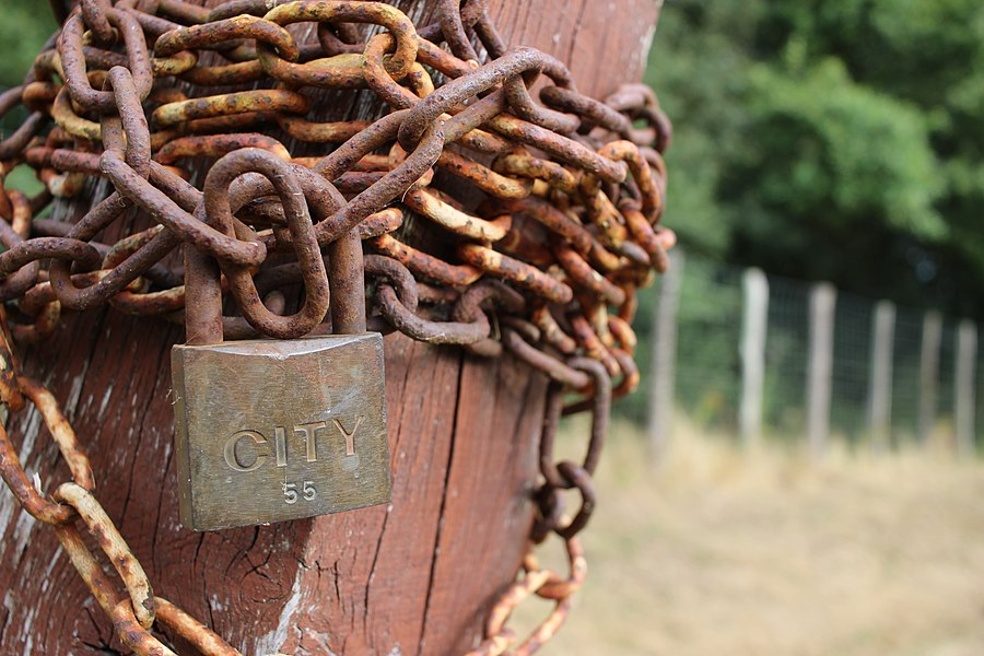Vieux cadenas et chaine rouillée (02).jpg