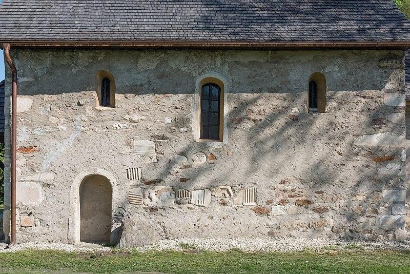 File:Villach Gratschach Filialkirche hll. Philippus und Jakobus Südwand Spolia 29042015 2818.jpg