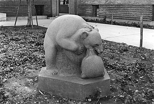 Harlem River Houses - Bears Playing (1938), sculpture by Heinz Warneke for the Harlem River Houses
