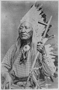 Washakie (Shoots-the-Buffalo-running), un capo Shoshoni, mezza lunghezza, seduta, tiene tubo - NARA - 530875.jpg