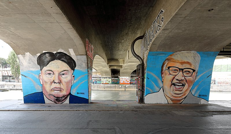 File:Wien - Donald-Trump- und Kim-Jong-un-Graffiti von Lush Sux.JPG