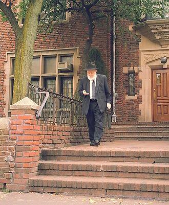 Yehuda Krinsky - Rabbi Yehuda Krinsky outside 770 Eastern Parkway