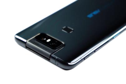 De flip-camera en een aan de achterkant gemonteerde vingerafdrukscanner zichtbaar op de glazen achterkant, samen met knoppen aan de rand