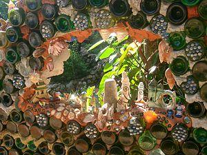Útila - Image: Útila Jade Seahorse Restaurant glass art