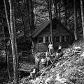 """Člani etnografske ekipe pred partizansko tiskarno Slovenijo """"u studencu"""", Vojsko 1959.jpg"""