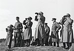 Карл Густав Маннергейм и генералы его штаба смотрят в сторону Ленинграда и Кронштадта.jpg
