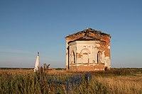 Разрушенная Никольская церковь (Семискуль) и заброшенная братская могила времен Гражданской войны.jpg