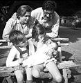 בית-זרע 1946 - משפחת ארד למעלה ההורים- שמואל וחיה למטה הילדים- דליה אמ btm11420.jpeg