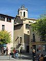 102 Plaça Major, al fons l'església de Santa Coloma (Centelles).jpg