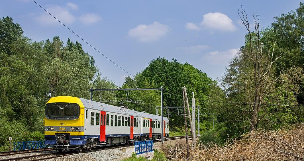 Rondom brussel rijdt NMBS het zogenoemde S-netwerk (Reseau S). Deze treinen, die in een vaste dienstregeling het voorstadsvervoer rond de Belgische hoofdstad verzorgen, zijn verdeeld in 12 lijnen, waarvan we hier een trein op lijn S5 zien. Treinstel 945 is onderweg naar Halle als trein 3583, wanneer het dorpje Beersel genaderd wordt. Het treinstel is er eentje van het type MS 86 en is in de laatste jaren compleet gereviseerd in de nieuwe NMBS-kleuren.