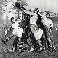 1929 (mai), demi finale du championnat de France de rugby à Bordeaux, un avant agenais (en blanc) attrape le ballon (victoire Quillan, 17-3).jpg