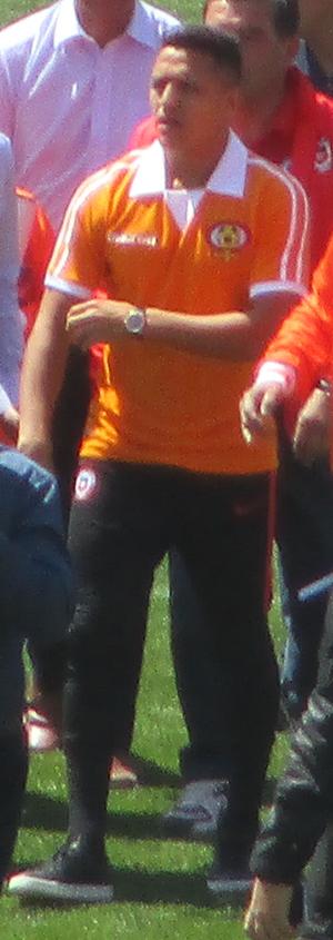 2535e3345 Imagen de Alexis Sánchez con la camiseta conmemorativa de los 40 años de  Cobreloa.