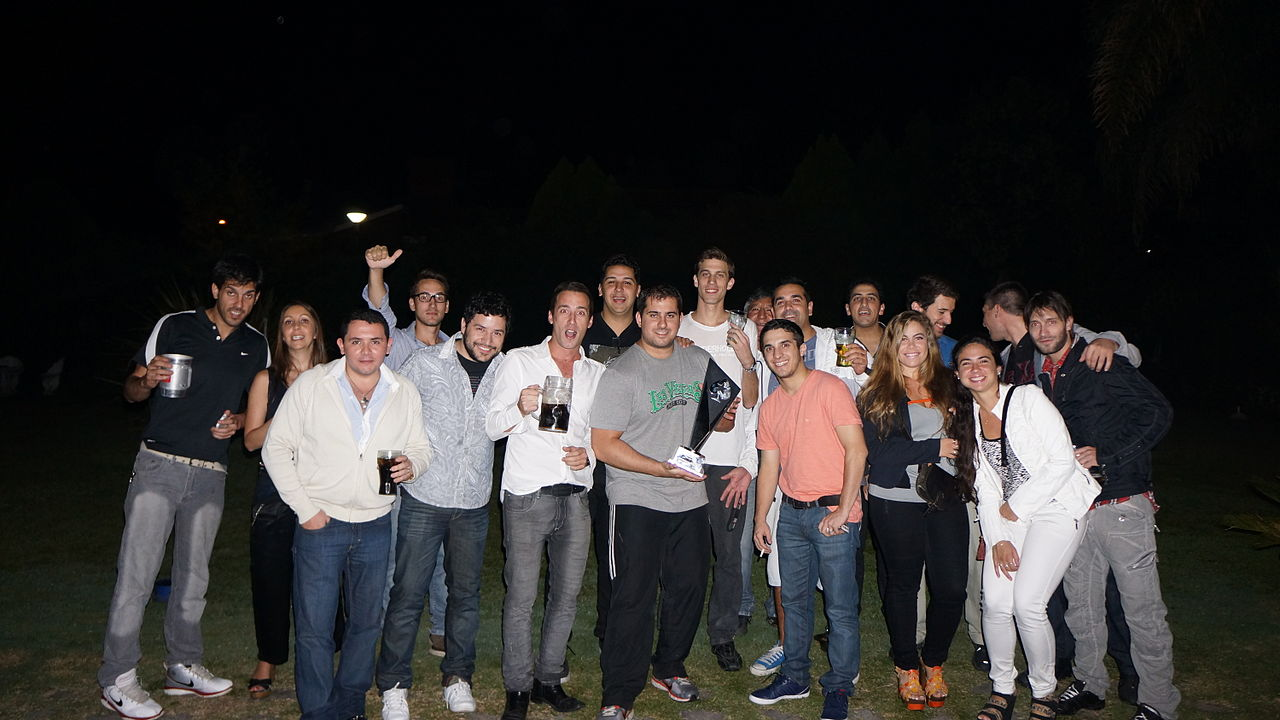 File amigos cena en casa 2013 jpg wikimedia commons - Menu cena amigos en casa ...