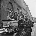 Anefo oorlogsfotograaf kapitein Willem van de Poll bij zijn jeep met drie bevrij, Bestanddeelnr 900-2865.jpg
