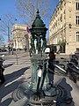 Avenue Marceau - fontaine - au second plan l'Arc de Triomphe.jpg