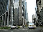 Hochhäuser in der Ayala Avenue in Makati, dem Geschäftszentrum von Manila