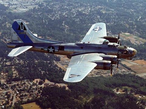 Un B-17G conservé par la Commemorative Air Force en vol.