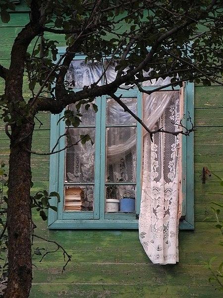 File:Bakuriani - Holzhaus mit Fenster und Vorhang.JPG